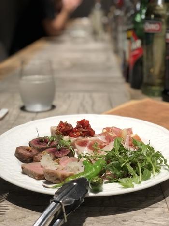 自家製の牛肉の生ハムやサラミなどの前菜も人気です。生産者の顔がわかる安心安全な食材にこだわっているのもお店の特徴。仕入れ状況によっておすすめのお肉があるので、スタッフの方に相談しながらメニューを決めてみませんか?