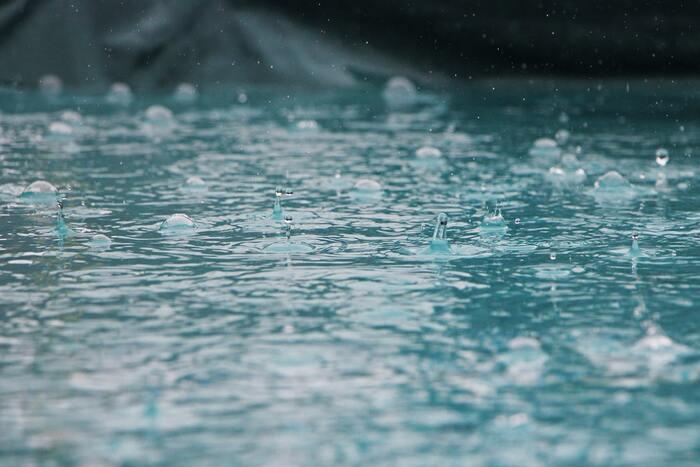 ちなみに、全国の1時間降水量50mm以上の年間発生回数は10年あたり28.9回のペースで増加しているんだそう。そしてなんと、最近10年間(2010~2019年)の平均年間発生回数は約327回にものぼるのだとか!  データ的に見ても、雨による災害に遭遇するリスクは高まりつつあると言えます。