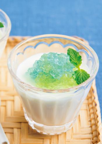牛乳とゼラチンでつくるゼリーは、簡単だけどキレイな仕上がりになるので失敗知らずです。おやつに牛乳を使うことでカルシウムを自然に摂ることができておすすめです。