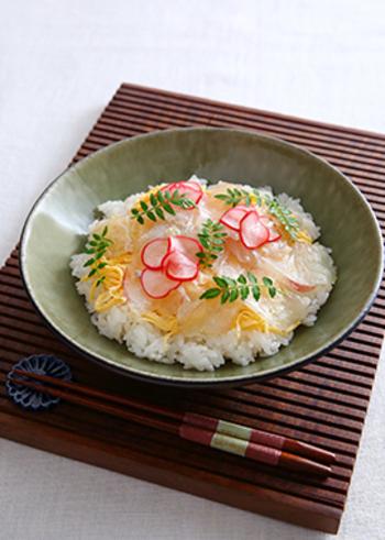 生魚が食べられるようになったら、ひな祭りにはちらし寿司を食べましょう。マDHA豊富なマグロと春の魚である真鯛を組み合わせると、栄養も摂れて季節も感じられます。生魚がNGな年齢の場合は、フレークや錦糸卵、枝豆などで彩りを添えると良いです。