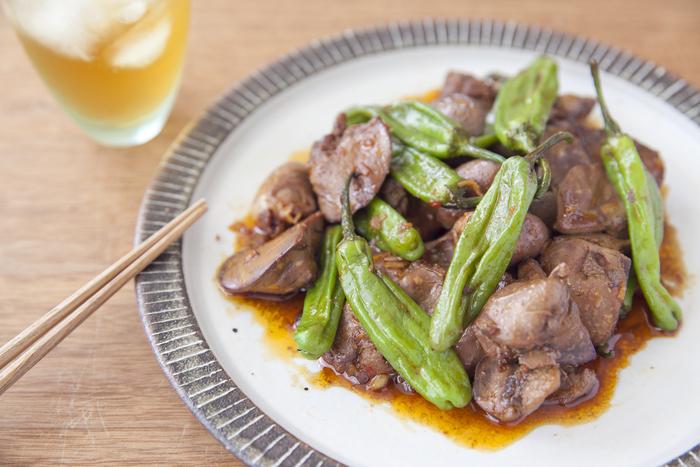 牛乳がない場合は、塩を揉み込んでもOK。にんにくや生姜の風味と豆板醬をしっかりきかせる事で癖も和らぎます。旬のししとうと一緒に炒めて、彩りよく仕上げましょう。