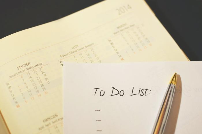 もしものときに持ち出すものについ気をとられがちですが…そもそも家を出るまでに気を付けることややるべきこともあるのです。非常時は動揺してついつい忘れがちなそれらのアクションや注意点を、整理しリスト化しておきましょう。  作成したリストは、しまい込まず、靴箱の扉裏など、もしもの時にワンアクションで見える定位置に掲示しておくことがオススメです。