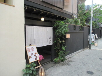 """趣きのある佇まいがおもてなしにふさわしい「肉会席 ゆかわ」。日本料理の繊細さや伝統を守りながら、新しい""""肉会席""""というジャンルに挑戦しています。"""