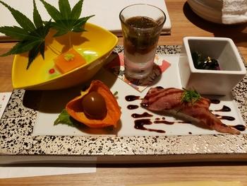 ディナーは2種類の会席コースがセレクトできます。「特別会席」では季節の前菜から始まり、肉寿司やビーフカレーなど全9品がいただけます。
