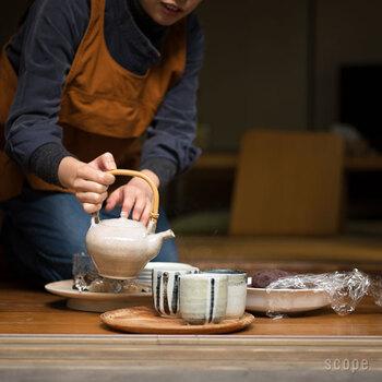 マツ、ケヤキ 、トチ、スギの木材を、昔から木材加工が盛んな富山県庄川町の熟練の職人さんが、挽物と言うろくろを使う技法により、1つ1つ丁寧に削って作っています。