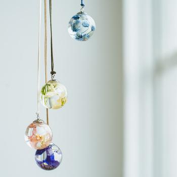 作り方はとっても簡単!ガラスボールに花を入れて、オイルを注ぎ、UVレジンで接着したら完成です。吊るしてインテリアとして、ネックレスのペンダントにしても◎花が浮かぶ小さな世界に癒されます。