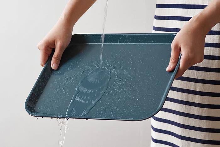 アメリカのカリフォルニアを拠点とする、プラスチック製トレーや食器などの製造メーカー「CAMBRO(キャンブロ)」の「カムトレー」。「FRP」と呼ばれるグラスファイバーが入った、繊維強化プラスチック製のアイテムは、とても丈夫なだけでなく、汚れてもサッと水洗いできて、食洗器もOKのお手入れ楽チンの嬉しいアイテムです。