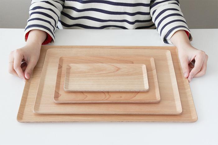 4サイズあり、小さいW22xD12cmは、食卓でしょうゆ差しなどのトレーに最適。W27xD20cmは一人分のティータイムセットに。W36xD28cmは、ごはんとおかず、副菜のプレートに。W43xD33cmは、たくさん運ぶ時に便利です。