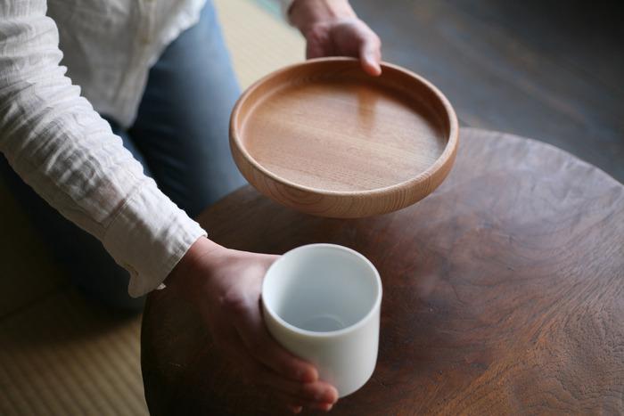 富山県の南砺市福光にて、地域の伝統的工芸品の庄川挽物木地で作る民藝品を、木地作りから漆塗りまで一貫製作している「わたなべ木工芸」の、北陸産ケヤキから作られた茶盆。