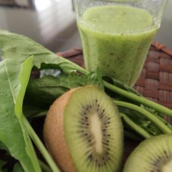 野菜や果物のミネラルとビタミンを同時に効率よく摂取できるスムージーは、加熱に弱い亜麻仁油の栄養を存分に摂ることができます。朝の1杯に飲むと、栄養バランスも整いますし、冷たいスムージーにするとのどごしもなめらかです。