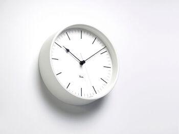 インテリア好きにはお馴染みのリキクロックのホワイトのスチール製の時計。マットな塗装がされており、ミニマルインテリアを実現するためのマストアイテムとなりそう。シンプルですが、見やすいよう計算されたデザインです。