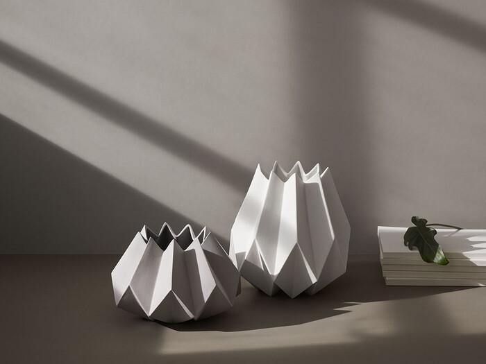 陰影がとても美しいこちらは陶器製のフラワーベース。このままでもオブジェとして存在感を放ちます。一つ飾るとお部屋の雰囲気ががらりと変わりそう。時間によって雰囲気が変わる陰影を楽しめます。