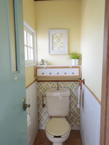 リメイクシートは汚れてもすぐに剥がせるので、トイレの模様替えにも使えます。レトロな花柄リメイクシートで、おしゃれな雰囲気に♪