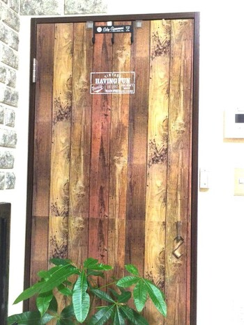 リメイクシートを扉に貼るのもおすすめ。アンティーク風がお好みなら、廃材風の木目デザインはいかがでしょう?リメイクシート一枚で、より自分好みのお部屋に近づきます。