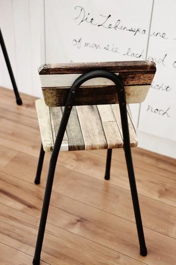 セリアの木目リメイクシートを椅子に貼ったアレンジ。プチプラDIYとは思えないクオリティですね。カーブの部分はドライヤーを当てると上手く密着しますよ◎