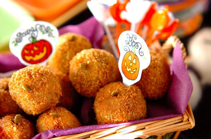 ハロウィンといえばかぼちゃです。1口コロッケにすると食べやすいですし、カレー粉を加えることによって味にアクセントが出ておかずにもなりますよ。