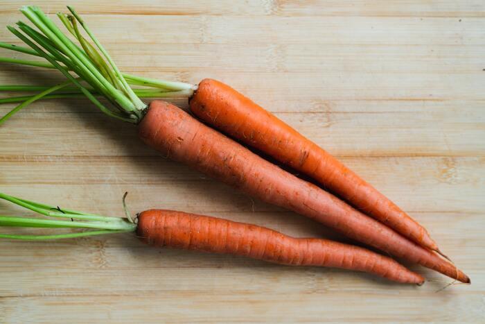 ビタミンAは、鶏レバーや豚レバー、にんじん、小松菜、にら、ホウレン草などに含まれています。ビタミンAは、皮膚や粘膜の保護の役割があるため、不足するとドライアイ・光をまぶしく感じる・皮膚の乾燥などの症状が出てきます。ビタミンAは脂溶性ビタミンで身体に蓄積するため、サプリメントなどで補う場合は摂りすぎに注意してくださいね。