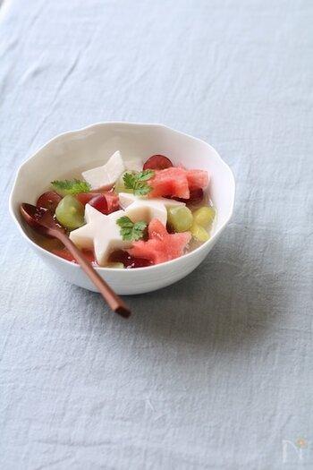 牛乳の寒天や果物を星型にして、ソーダと一緒にしたポンチです。甘さのあるソーダを使うと味の調整が不要で簡単です。