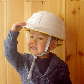 落下物から頭を守ってくれる防災用のヘルメットは人数分用意しておきたいアイテムの一つ。osametは折りたたみ式で、国家検定に合格しています。折りたたむと高さ4.5cmになるので、おうちや職場でも邪魔にならず、コンパクトに収納できます。
