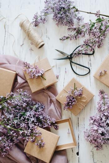 クラフト紙や麻紐を使ったシンプルなラッピングに、小さなドライフラワーや植物を添えてみましょう。家にあるものを使ったり、造花を使ってもOK。ナチュラルな雰囲気のものを選ぶのがポイントです。