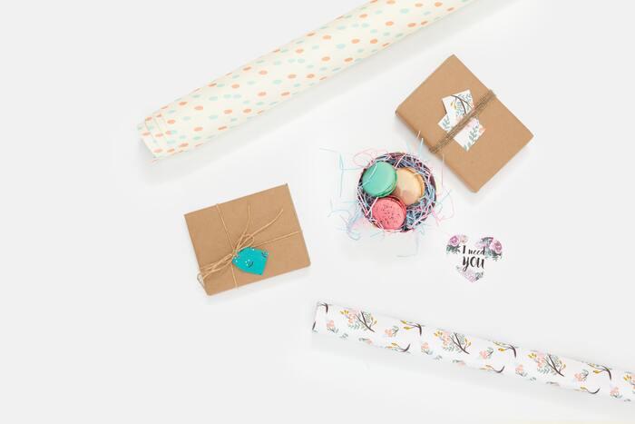 タグやメッセージカードを添えるだけでも、ラッピングに特別感が生まれます。包装紙やリボンがシンプルなら、タグやメッセージカードには華やかな柄や色を選びましょう。
