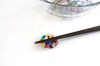 コロンと丸みを帯びた箸置きは、ビー玉やおはじきのようでなんだか懐かしい印象。つい手に取って光に透かしてみたくなりますね。