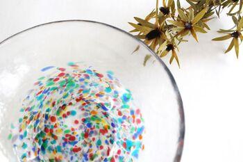 美しい色ガラスが特徴の「津軽びいどろ」。夜の闇に浮かび上がるねぶたの明かりや、祭りのフィナーレで上がる花火をイメージして作られた「ねぶた」シリーズは、特に色彩が鮮やか。ねぶた祭の楽しさが8色のガラスで表現されています。