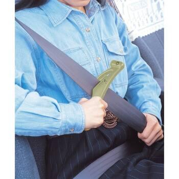 カッターとハンマーが1本になった「緊急脱出ツール」。スタイリッシュなデザインはグッドデザイン・ロングライフデザイン賞を受賞しました。シートベルトが外れなくなってしまったときは、このようにしてシートベルトをカッターで切ることができます。