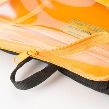 YKK止水ファスナーも火と水に強いので中のグッズを守ってくれます。透明ビニールで中身が見やすく、普段から防災意識も高まりそうですね。