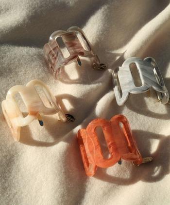 最近はヘアゴムではなく、ゴムで結んだ部分にひっかける「ポニーフック」もトレンド。オニオンヘアにも相性抜群です。
