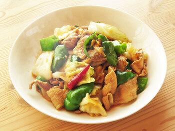 赤味噌は、炒め物と相性抜群。こちらは、甜面醤や豆板醤を使わず、味噌を使ったホイコーローのレシピ。安いお肉を使っても、しっかりした味のおうち中華になります。