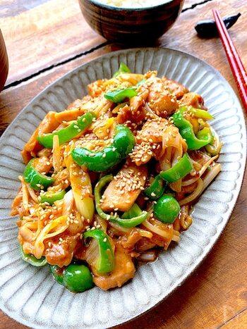 赤味噌と白味噌を使う、鶏肉と野菜の味噌炒め。ご飯がどんどん進むおいしさです。ごまの香ばしさもいいアクセントになっています。