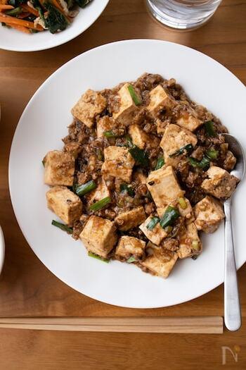 むずかしい中華調味料を使わなくても、八丁味噌を加えることで深い味わいを出すことができます。豆味噌は加熱に強く、炒め物や煮物に向いています。