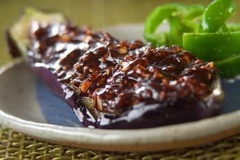 豆腐・なす・里芋などの田楽に、赤味噌は欠かせませんね。あっさりした食材に、コクのある赤味噌がよくなじみます。なすは、格子に切れ目を入れておくと味も入りやすく、また食べやすくなります。とろけるおいしさですよ。