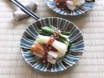 ぬたは、和食の基本料理のひとつ。わけぎに、いかやあさりを合わせるのもいいですが、このレシピのようにちくわなどを合わるのも手軽でいいですね。赤味噌を使うと、色のコントラストがはっきりしてきれいです。