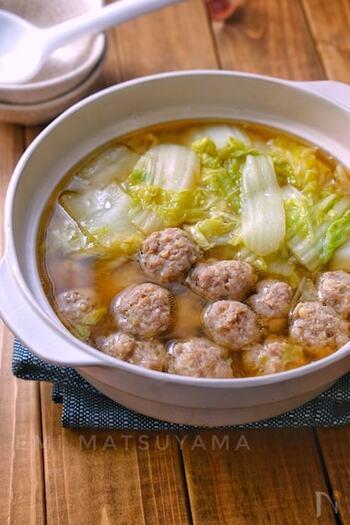 ぐつぐつ煮込む鍋には、やはり粒が残っているような赤味噌が合うようです。肉や白菜ののうまみが溶け出したつゆは絶品。こちらは、えのきでかさ増しした肉団子を使っていますので、健康が気になる方にもおすすめです。