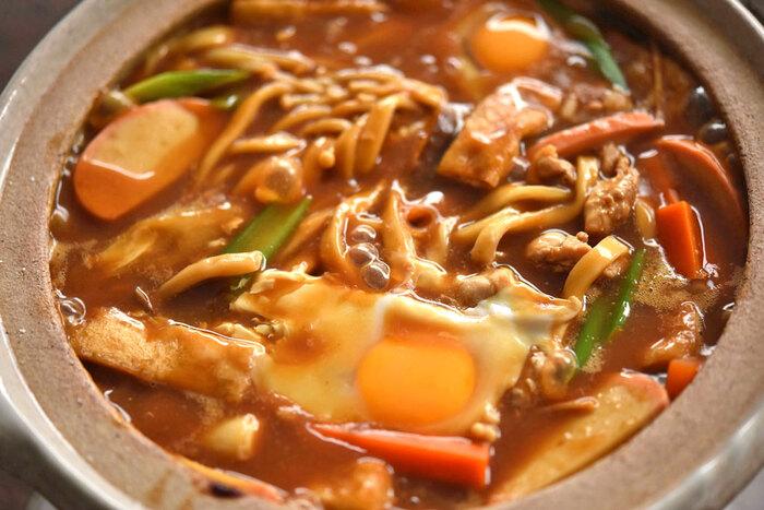 味噌煮込みうどんの味噌は、コクと渋みのある豆味噌がベストマッチ。しっかりした食感の生うどんを使い、肉・野菜・卵など具だくさんにすれば、鍋料理のような充実感があります。
