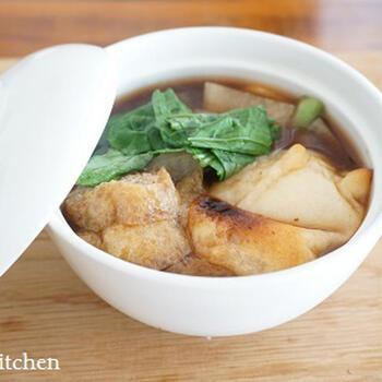 かつおと昆布の濃いめの合わせ出汁で作る、赤味噌のお雑煮。京都の白味噌のお雑煮もいいですが、赤味噌でいただくのも一風変わっていいですね。