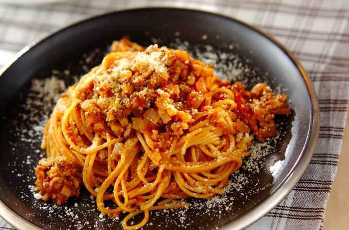 赤味噌が味の決め手の和風ミートパスタ。牛肉などを炒めたら、赤ワインで溶いた赤味噌やトマトの水煮を加えてソースを作ります。赤味噌は、洋風の食材ともなじむのでソースなどに使いやすいのもメリットです。