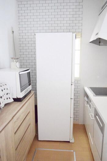 元々グレーだった冷蔵庫を、白いリメイクシートを貼ってアレンジしています。周りの壁紙や家具ともよくマッチして清潔感アップ!引越しでわざわざ買い替えなくても、新鮮な印象に生まれ変わります。
