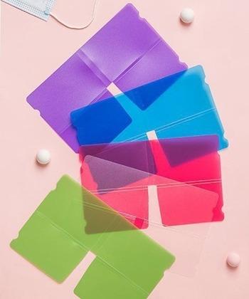 家族でも分けられるカラフルなシートが5色入ったコンパクトマスクケースセット。四つ折りしてポケット収納ができる画期的なアイテムです。マスクの仮置き場としてとっても便利。
