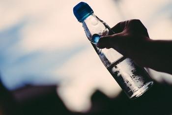 瓶を傾けるとカラカラと動くビー玉。パチパチと弾けるサイダー。その音も、夏の涼やかさのアクセントになりますね。氷水で瓶ごと冷やすのも風情があっておすすめですよ。