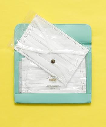 カラー展開豊富でスタイリッシュなポーチ。通帳がちょうど入るA6サイズでマチと仕切りポケット付きなので、収納力も抜群です。汚れがついても除菌スプレーやウェットティッシュで拭き取れるので衛生面も安心。