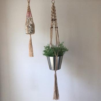 コーヒー染め綿ロープとブリキ缶・ガラスの容器がとても素敵な組み合わせ。フェイクグリーンを吊るして飾るナイスアイデアです。