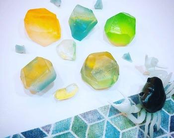 まるで天然石!SNSで人気の「宝石石鹸」作り方のコツ&デザインアイデア