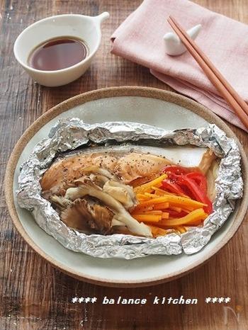 鮭は肌にとって〈スーパーフード〉と呼ばれているのを知っていますか?鮭に含まれるアスタキサンチンは、紫外線によって発生する活性酸素を消去するはたらきを持っています。また、DMAEという成分も肌のハリやたるみに効果的です。身の部分にはタンパク質、鮭の皮にはコラーゲンも含まれています。食物繊維たっぷりのキノコや野菜を一緒に摂って、美味しく肌の老化を予防しましょう。