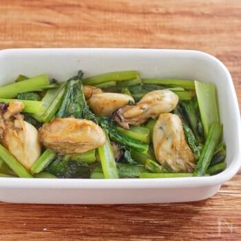 牡蠣には、皮膚や髪の細胞分裂を促す「亜鉛」が豊富に含まれています。また、小松菜にはカルシウムやカリウム、鉄分、ビタミンC、ビタミンA(βカロテン)、ビタミンBなどが含まれており、野菜の中でもトップクラスの栄養価の持ち主だといわれています。肌にとっても必要な成分がたっぷり入った牡蠣と小松菜と、レモンに含まれるクエン酸で栄養の吸収率を高めてくれる、美肌に嬉しいレシピです。