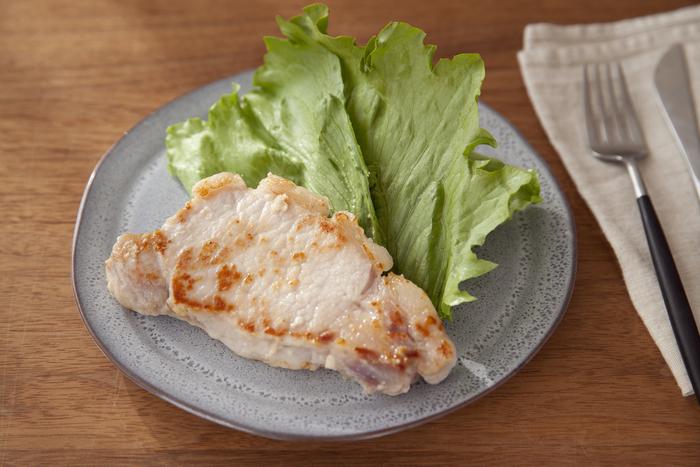 とんかつ用の厚切り豚ロースを塩麹に漬け込み、焼く際に弱めの火加減に気をつけながらソテーするだけで、しっとり美味しい豚ステーキに仕上がります。忙しくなりそうな前日に漬け込んでおけば手早く作れて、しかも一品で満足できるので、あとは付け合わせに葉物を添えるだけで、簡単で見栄えもバッチリ。