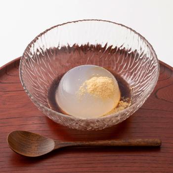 夏に決まって食べたくなるくず餅。冷蔵庫でひんやり冷やして召し上がれ。黒糖蜜と黄な粉がくず餅に絡まって、優しい甘さがお口に沁みわたります。