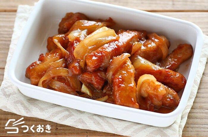 厚切りの豚ロースとたまねぎで作る酢豚風の甘酢炒め。酢豚ほど色々な食材を使わないので手軽に作れて、ボリュームもしっかりあります。しかも20分ほどで作れて、冷蔵保存も5日ほど可能。冷凍用のポリ袋に平たく入れ、空気を抜けば、冷凍保存もできます。冷凍から出して、いただくまえにレンジでチン、または湯せんであたためてもOK!忙しい夜のおかずや、お弁当に使えて便利なレシピです。